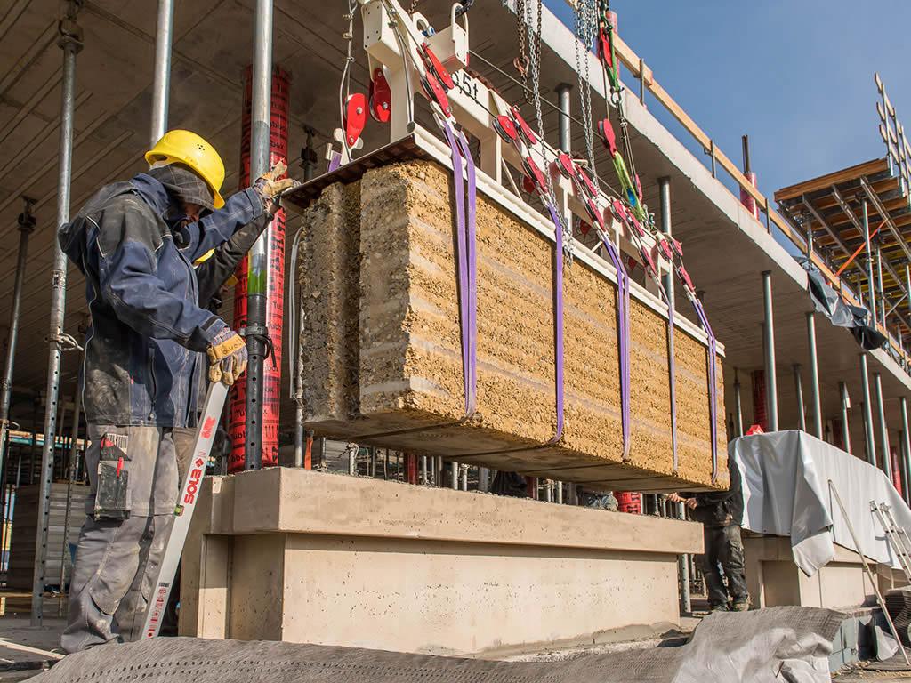 Auch das ist möglich: ein Fertigbau-Element aus Stampflehm auf der Alnatura-Baustelle (Bild: Alnatura.de).